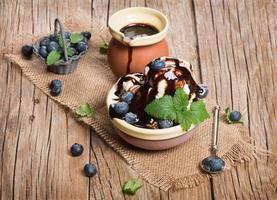 crème glacée aux fruits rouges sur fond de bois