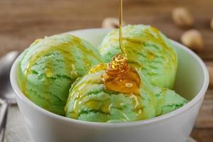 boule de crème glacée à la pistache coulée de sirop d'érable photo
