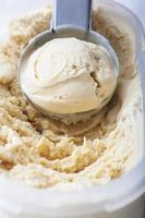 crème glacée crémeuse faite maison dans une cuillère en métal. mise au point sélective photo