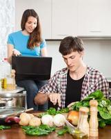 couple discute de la nouvelle recette photo