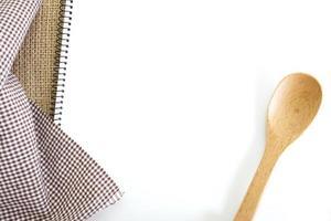 Livre de recettes blanc blanc sur la table de la cuisine