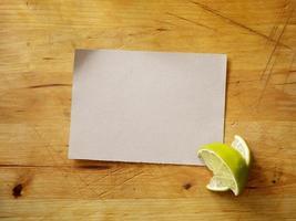 carte de recette avec des limes fraîches photo