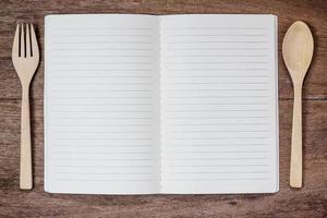 livre de recettes et cuillère, fourchette en bois