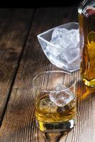 whisky avec de la glace photo