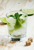 cocktail frais avec soda, citron et menthe, mise au point sélective