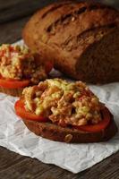 viande et sauce tomate avec des recettes de pain photo
