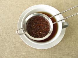 thé rooibos dans une passoire à thé