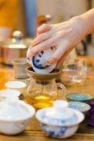 chinois servant du thé dans un salon de thé (3) photo