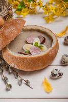 vacances chrétiennes de printemps. bortsch blanc en pain photo
