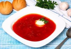 soupe de bortsch traditionnelle russe et ukrainienne photo