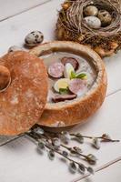 soupe de pâques polonaise avec oeuf et saucisse photo