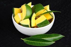 coupes de mangue verte bio. photo