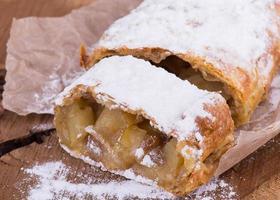 strudel aux pommes et sucre vanillé photo
