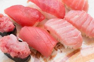 sushi nigiri au thon photo