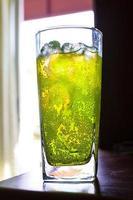 bulles dans les boissons gazeuses avec une tasse en verre