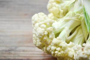 Chou-fleur blanc frais et cru sur table en bois photo