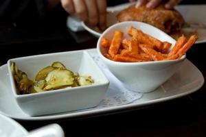 chips de cornichons et frites de patates douces