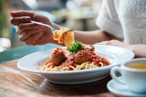 femme, manger, spaghetti