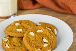 biscuits aux épices de citrouille servis avec du lait de poule des Fêtes photo