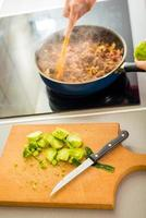 processus de préparation de spaghetti bolognaise photo