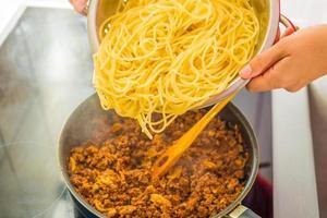 processus de préparation de spaghetti bolognaise