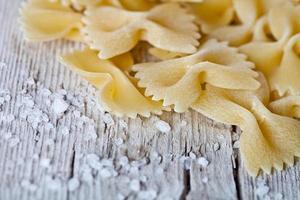 pâtes crues et sel