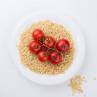Assiette de pâtes à la tomate par dessus isolé