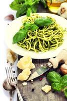 délicieuses pâtes italiennes avec sauce au pesto photo