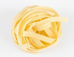 Nid de fettuccine de pâtes italiennes isolé sur fond blanc photo