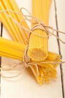 tas de pâtes italiennes photo