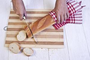 trancher le pain baguette français photo