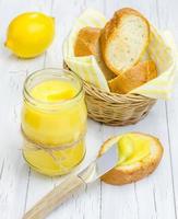 lait caillé de citron avec baguette légèrement grillée photo