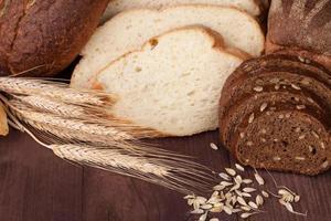pain frais et blé sur le bois photo