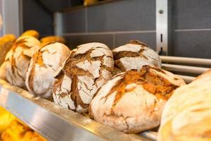 étagère avec des miches de pain dans une boulangerie photo