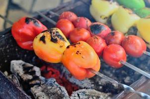 légumes et viande au barbecue.