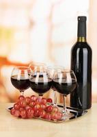 vin rouge en verre et bouteille sur fond de chambre photo