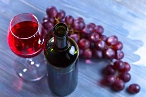vin rouge et raisins photo