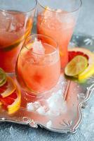 boissons au pamplemousse rose photo