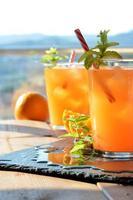 boisson rafraîchissante orange et menthe photo
