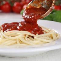 Cuisson des pâtes spaghetti pâtes servant de la sauce tomate napoli sur plaque photo