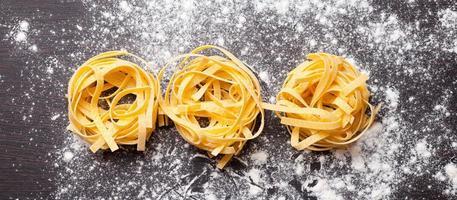 Tagliatelles de pâtes crues sur table