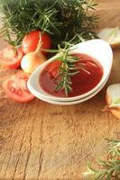 sauce fraîchement préparée dans un bol photo