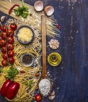 Ingrédients cuisson des pâtes végétariennes, texte de bordure de fond rustique en bois photo