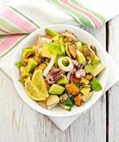 salade de fruits de mer et avocat sur tableau blanc