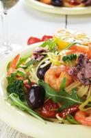 plat de pâtes spaghetti aux fruits de mer avec poulpe et crevettes photo