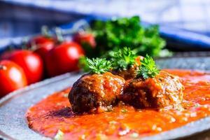 Boulettes de viande. cuisine italienne et méditerranéenne. boulettes de viande avec s photo