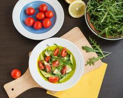 nourriture saine. salade fraîche de roquette, tomates cerises, avocat