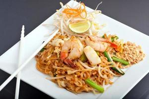 Pad thaï aux fruits de mer élégamment plaqué avec riz frit