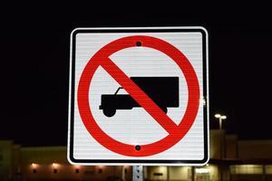 aucun camion autorisé plaque de rue photo