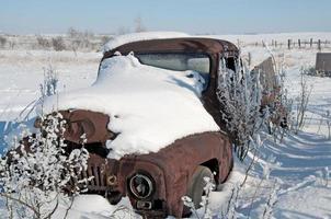 Camionnette des années 40 dans la neige